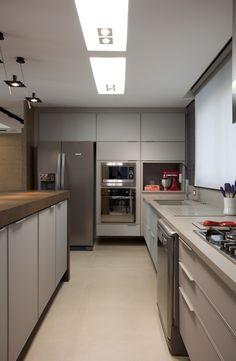 Cozinha com torre de eletros porJuliana Pippi Kitchen Dinning, Home Decor Kitchen, Kitchen Interior, Interior Design Living Room, Grey Kitchens, Luxury Kitchens, Home Kitchens, Led Spots Bad, Cocinas Kitchen