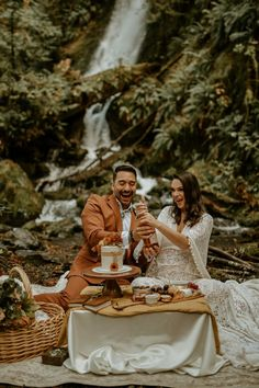 Washington National Forest elopement picnic | Image by Oshen Davidson Photo Wedding Blog, Fall Wedding, Wedding Reception, Picnic Images, National Forest, Pacific Northwest, Warm And Cozy, Bridal Gowns, Washington