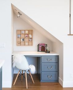 18 Useful Designs for Your Free Under Stair Storage Take advantage of unused space under the basement stairs with these inexpensive (and DIY! Office Nook, Home Office Space, Home Office Decor, Home Decor, Office Ideas, Desk Ideas, Desk Space, Office Spaces, Office Under Stairs