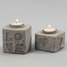 Støbte lysestager med bogstaver og motiver i relief