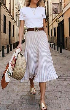 When we look at the latest outfit trends, one of the most popular and beloved styles is the pleated skirt outfit ideas. Especially in street style outfits Looks Chic, Looks Style, Street Style Looks, Mode Outfits, Casual Outfits, Fashion Outfits, Casual Ootd, Fashion Mode, Street Fashion