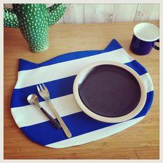 ネコちゃんランチョンマット★Kids用★リバーシブル★青ねこちゃん Sewing Hacks, Sewing Projects, Plate Mat, Kitchen Items, Diy And Crafts, Coasters, Plates, Fabric, Kids