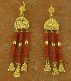Los orfebres egipcios creaban sus diseños de joyas a mano y utilizaron una gran variedad piedras preciosas y semipreciosas como la amatista, la cornalina, el jaspe, el onice, el lapis lazuli, la turquesa y el cuarzo.