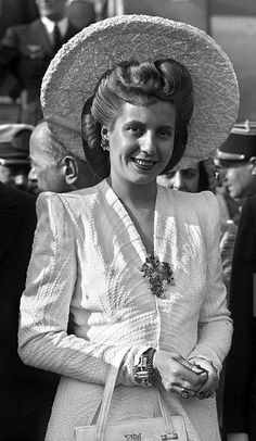 Eva Perón arriving at Orly Airport in France, President Of Argentina, 1940s Outfits, 1940s Hairstyles, Theatre Costumes, Queen, Costume Design, Hollywood, Actresses, Eva Peron