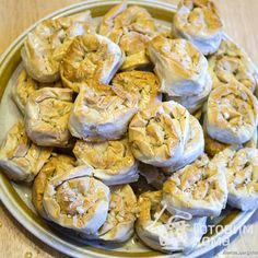 """""""Pahlava"""" out of filo dough Stuffed Mushrooms, Sweets, Cheese, Cookies, Baking, Vegetables, Recipes, Stuff Mushrooms, Crack Crackers"""