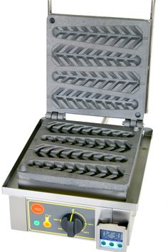 Lolly Waffle Maker (France) I want one of these. Waffle Pops, Waffle Bar, Food Trucks, 1950 Diner, Comida Picnic, Roller Grill, Waffle Sticks, Food Equipment, Bubble Waffle