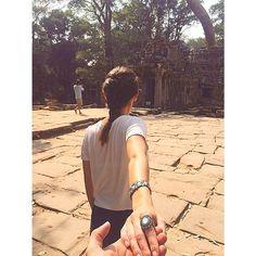 nossas lindezas atravessaram o pacífico e pousaram no sul da Ásia. sigam elas por aqui #followme✈️💕 a foto foi tirada no Templo Ta Phrom, que faz parte do conjunto de templos do Antigo Império Angkor. em 1992 a Unesco declarou as ruínas como Patrimônio da Humanidade.  www.milacoelho.com.br  #milacoelhopelomundo #Tailândia #travel #monday #fashion #fashionjewelry #trend #moda #bijoux #floripa #milacoelho #acessórios 