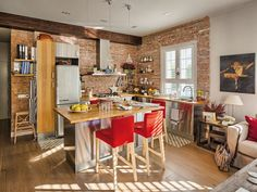 With its open distribution, this Spanish apartment is like a mini loft open onto a charming garden in city center. Open Plan Kitchen, Kitchen Dining, Kitchen Brick, Mini Loft, Loft Spaces, Little Houses, Small Apartments, Small Living, Apartment Living