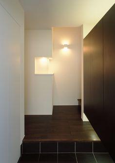 ニッチと照明を兼ねたデザインが魅力的なシンプルな玄関ホール もっと見る Japanese Interior, House Entrance, Wall Lights, Natural Interior, Lighting, Sweet, Closet, Home Decor, Homes