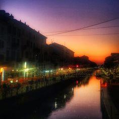 #crepusculo sul #Naviglio a #Milano #tramonto #alzaiaNaviglioGrande #cielo #riflessi #ancheQuestaÈMilano #MilanoDaVedere #MilanoDaVivere #DaFareAMilano #DaFareInLombardia è la passeggiata alla #Darsena e al #NaviglioGrande di #sera #Snapseed @milanodavedere @cittadimilano @turismomilano #NataleAMilano #luciEOmbre by effepi72