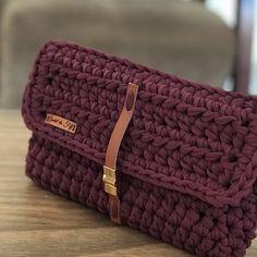 E esta linda bolsa, quem gostaria de ter uma?❤️❤️ Deixe seu like se gostou 😍 Free Crochet Bag, Crochet Purse Patterns, Crochet Clutch, Crochet Art, Crochet Handbags, Crochet Purses, Crochet Symbols, Finger Knitting, Yarn Tail
