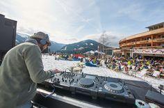 Täglich Sundowner auf der Terrasse mit DJ und Soul Musik. Ibiza meets the alps Salzburg, Soul Musik, Zell Am See, Ibiza, Dance Floors, Patio, Kaprun, Ski Trips, Alps