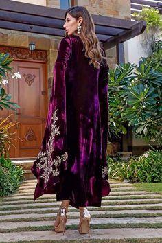 Pakistani Fancy Dresses, Pakistani Party Wear, Pakistani Dress Design, Velvet Dress Designs, Frock For Women, Abaya Designs, Velvet Fashion, Cut Shirts, Designer Dresses