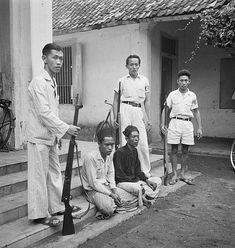 Pasoeroean: In de kampong Lekok in de omgeving van Pasoeroean, werd in de nacht van 31 augustus op 1 september de Chinese bevolking op onmenselijke wijze uitgemoord. De moordenaars waren daartoe onder meer aangezet door republikeinse ambtenaren, die hiervoor naar Djocja geinstrueerd waren. De Chinese burgerwacht slaagde erin twee van de moordenaars te arresteren.. Datum september 1947. Locatie : Indonesië, Nederlands-Indië, Pasuruan. Auteursrechthebbende : Nat Old Pictures, Old Photos, 1 September, Dutch East Indies, Jakarta, Netherlands, Bali, Politics, Culture