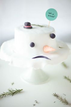 hilarious easy-to-make melted snowman cake! We've seen the Melted Snowman Cookies and now here's the Melted Snowman Cake. Noel Christmas, Christmas Goodies, Christmas Treats, Christmas Baking, Holiday Treats, Christmas Cakes, Funny Christmas, Xmas, Beautiful Cakes