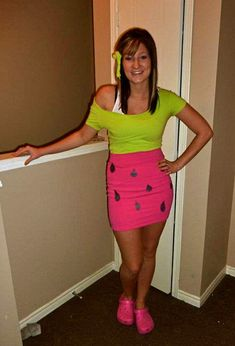 College Year For the poor college student. A creative yet inexpensive costume :) Watermelon :) Family Costumes, Group Costumes, Diy Costumes, Halloween Costumes, Watermelon Costume, Fruit Costumes, Diy Accessoires, Handy Tips, Mardi Gras