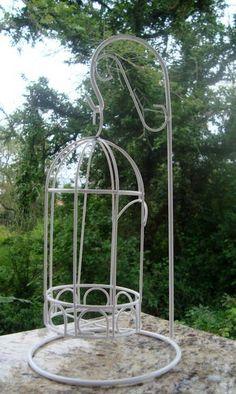 A gaiola metálica branca é ideal par áreas internas e externa, virou febre na decoração, com flores, velas ou até um bichinho de pelúcia. <br>Um presente encantador!!! <br> <br>**Acompanha Suporte <br>O suporte tem 30cm altura X 14cm Largura <br>A gaiola tem 21cm altura X 9cm largura