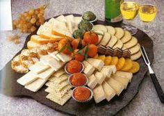 Cheese is a dish in itself and is the king of the picada. Smooth, spicy or ahu … - Anrichten Different Coffee Drinks, Healthy Summer Snacks, Birthday Party Snacks, Party Buffet, Brunch Party, Food Decoration, Cheese Platters, Holiday Dinner, Dinner Plates