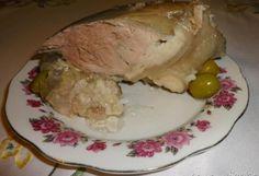 Zobacz zdjęcie 1 tylna golonka wieprzowa 3 liście laurowe 5 ziaren ziela angielskiego Sól morska Pieprz 4 ząbki czosnku  Z golonki pozbywamy się kości, płuczemy pod bieżącą wodą. Wkładamy do garnczka, zalewamy wodą do przykrycia mięsa. Wrzucamy liście laurowe, ziele angielskie i pozostałe przyprawy oprócz czosnku, czosnek wrzucamy 10 minut przed końcem parzenia. Doprowadzamy do wrzenia wody w garnczku i na wolnym ogniu parzymy 2 godziny.Po 2 godzinach mięso powinno być już miękkie…