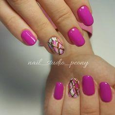 Розовый маникюр с литьем на ногте безымянного пальца