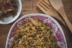 Añadir una cucharada de aceite de oliva, el arroz, la cúrcuma, la pimienta jamaicana, canela, azúcar, sal y pimienta negra. Revolver todo y añadir las lentejas cocidas y unos 175ml de agua. Llevar a ebullición, tapar y cocinar a fuego lento durante 15min. Retirar del fuego, levantar la tapa y cubrir la sartén con un paño de cocina limpio. Volver a poner la tapa sobre el trapo y dejar reposar 10min.