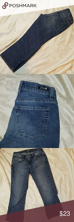 Lucky classic Rider crop jeans Excellent used condition. There are no stains, tears or fraying at the ankle on these jeans inseam measures 23 inches. Lucky Brand Jeans Ankle & Cropped