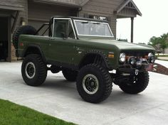 Love this ford bronco! Great design with green and black accessories!