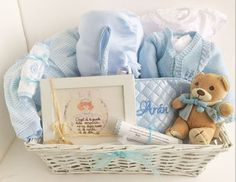 CANASTILLA ANGEL DE LA GUARDA. Cesta para bebé. Canastilla para recién nacido. Regalo para bebé Baby Boy Gift Baskets, Baby Shower Gift Basket, Baby Gift Box, Baby Hamper, Diy Gift Baskets, Diy Baby Gifts, Baby Box, Newborn Gifts, Regalo Baby Shower