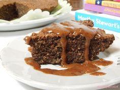 Jaa, ihr glaubt es kaum, auch das geht. Ein super, saftiger, schokoladiger Kuchen, und das Ganze ohne Mehl und Zucker. Doch das ist nicht alles – dazu gibt es eine Kokos Mandel Sauce, die Nat…