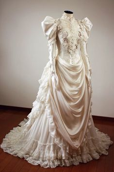 The post 1890 wedding gown beauty. 2019 appeared first on Lace Diy. Old Dresses, Pretty Dresses, Dresses Art, Event Dresses, Fashion Dresses, Vintage Gowns, Vintage Outfits, Dress Vintage, Vintage Clothing