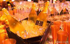 Garrafas de vodka e copos estilosos decoram a mesa da Festa Anos 20