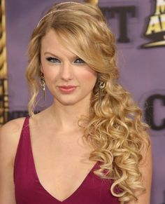 taylor swift curly hair side ponytail | Taylor Swift's long, blonde hair looks great in this low, side ...
