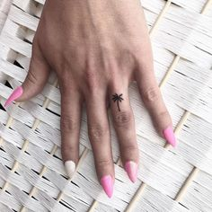 This small palm tree tattoo looks perfect on the finger. - This small palm tree tattoo looks perfect on the finger. It's like a permanent ring! Tatouage Technique Hand Poking, Trendy Tattoos, Tattoos For Women, Beachy Tattoos, Tattoo Pink, Manos Tattoo, Tree Tattoo Meaning, Small Hand Tattoos, Little Tattoos