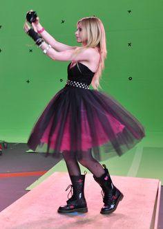 Anuncio 'Black Star' (Backstage) - Julio 2009 - 08 - AvrilPix Gallery - The best image, picture and photo gallery about Avril Lavigne - AvrilSpain. Oprah Winfrey, Jennifer Lopez, Princesa Punk, 2000s Fashion, Fashion Outfits, High Fashion, Avril Lavigne Style, Avril Lavingne, Black Tutu