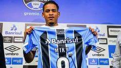 Arroyo chega ao Grêmio, veste a 9 e se diz fã de Ronaldinho