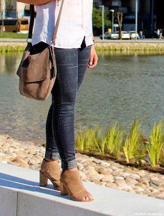 """Un estilo informal para un día en el que no quieres abandonar la comodidad y tienes que hacer mil recados. Mis nuevos tacones les confieso que tenia amor por ella desde hace tiempo pero buscaba el ideal y aquí está ¡las encontré! y presiento que serán unas de mis inseparables este verano"""". ¡Espero les guste!  #Fashionblogger #modamujer #looksummer #lookoftheday #heels #leatherheels #latmayheels #blogofspain #modafemenina #skinnypants   #mimundodecolorblog"""