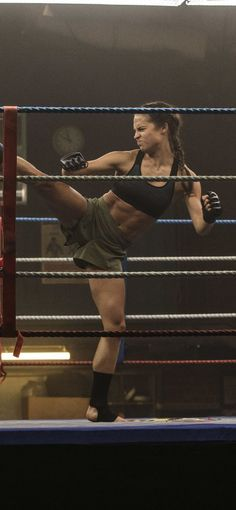 The actress also gained an eight-pack when training to play Lara Croft. - The actress also gained an eight-pack when training to play Lara Croft. – The actress also gaine - Fitness Workouts, Fitness Goals, Fitness Inspiration, Body Inspiration, Lean Body, Sport Motivation, Girls Be Like, Fitspo, Poses