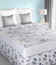 bielo-modry-prehoz-na-postel-patchwork-s-kvetovym-vzorom (1) Mattress, Comforters, Projects To Try, Blanket, Bed, Furniture, Home Decor, Scrappy Quilts, Creature Comforts
