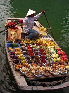 Mercado flotante en Bahía Halong, Vietnam.