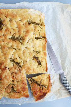 Foccacia er italiensk madbrød, der smager fantastisk til de fleste pastaretter eller stuvninger. Brødet er også fast følgesvend på vores italienske picnics, der som regel også består af gode italienske oste, pølser og eks. artiskokcreme. Denne her opskrift gør det ekstra nemt at få friskbagt … A Food, Food And Drink, Breakfast Bake, Spanakopita, Bread Baking, Quick Meals, Eating Well, Tapas, Vegan Recipes