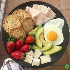 Desayunaría así todos los días.  .  Pan tostado de soja @pan_de_soja_pan_cota .  Huevo a la plancha.  Aguacate.  Pechuga de pollo.  Queso brie semigraso.  Fresas.  .  ¡Feliz Sábado!❤️❤️.  .  #healthyfranita #desayunoshealthyfranita #desayuno #breakfast #healthybreakfast #followme #follow #like4like #instafit #fitness #fit #influencer #healthy #healthyfood #healthylifestyle