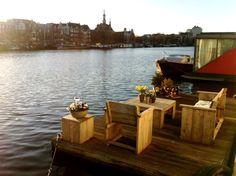 Rust en ruimte. 100 Meter vrij uitzicht over het water. Een riant zonovergoten terras. En toch ben je binnen 5 minuten middenin bruisend Amsterdam. Een ideale plek voor zowel de rustzoekers als de avonturiers. Deze woonark ligt op een van de meest romantische plekjes van Amsterdam.