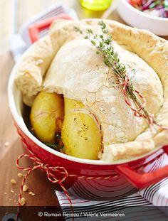 POULET FERMIER EN CROÛTE DE PAIN Ingrédients pour 4 personnes : 1 poulet fermier Label Rouge St SEVER de 1,5 kg 1 kg de pâte à pain 1 carotte 1 oignon 1 œuf 1 morceau de céleri Du persil De l'oseille De la ciboulette Du thym Du laurier De l'ail De la farine Sel et poivre Le poulet en croûte de pain : une belle surprise à amener directement à table. On casse la croûte et on profite de la chaleur et des bons arômes de la volaille. Baked Fried Chicken, Oven Recipes, Quail, Culinary Arts, Label Rouge, Poultry, Camembert Cheese, Turkey, Stuffed Peppers