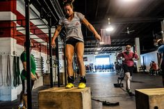 Calisthenics or Crossfit? Which is best for you and why can the two not work together? In this post we compare Calisthenics and CrossFit in various different areas to try and give a clear comparative answer. Extreme Fitness, Extreme Workouts, Fun Workouts, Best Pre Workout Supplement, Crossfit Classes, Athletic Trainer, Flexible Dieting, Chronic Fatigue, Calisthenics