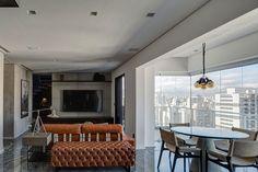 Decoração, decoração de apartamento, decoração moderna, decoração masculina, apartamento moderno, apartamento masculino, parede cinza, obra de arte, sala, sala de estar, revestimento, sala de jantar, apartamento integrado, luz natural.