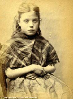 1870 - Photo d'identité judiciaire prise par la police de Newcastle dans les années 1870. Ellen Woodman, 11 ans. Condamnée à une semaine de travaux forcés pour vol de métal sur un chantier naval.