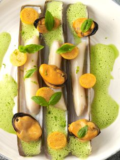 Mussels with Thai Basil-Curry Foam (Source: Ze Kitchen Galerie) Clam Recipes, Gourmet Recipes, Seafood Recipes, Tapas, Plate Presentation, Romantic Meals, Western Food, Molecular Gastronomy, Culinary Arts