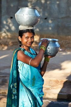 How to carry water bu wearing a sari perfectly. Tribal woman by Masashi Mitsui on 500px   Orissa, India  √