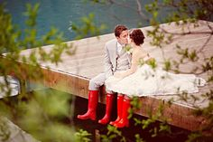 Kissing on a dock with matching Hunter boots. So cute!