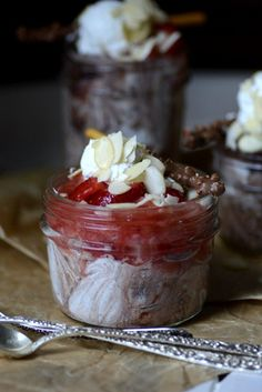 strawberry chocolate mousse jar Desserts For A Crowd, Winter Desserts, Great Desserts, Delicious Desserts, Healthy Desserts, Hot Fudge Cake, Hot Chocolate Fudge, Chocolate Recipes, Chocolate Lovers